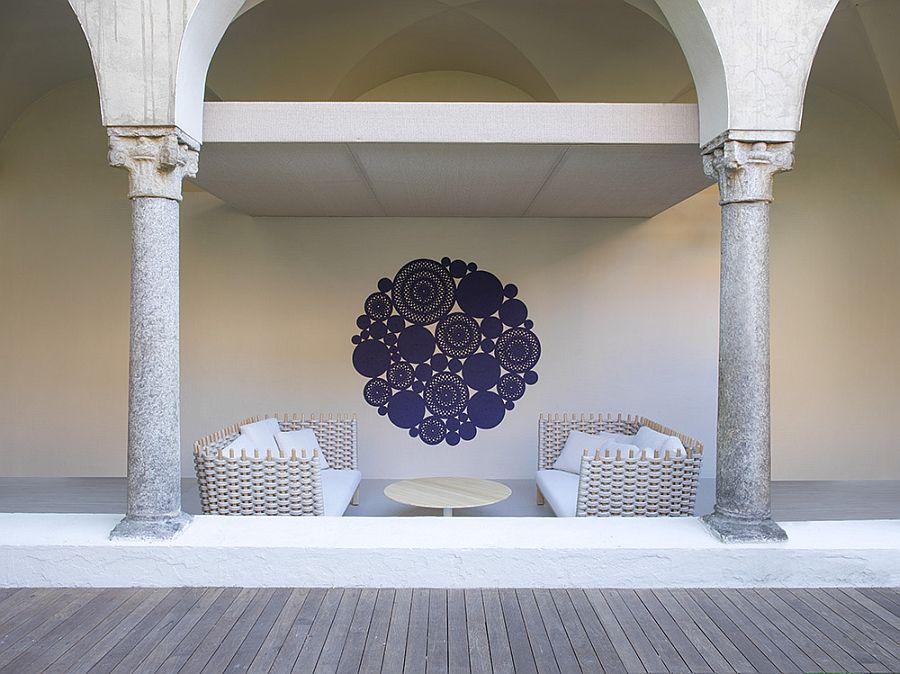Плетени дивани, картина и кръгла маса на терасата