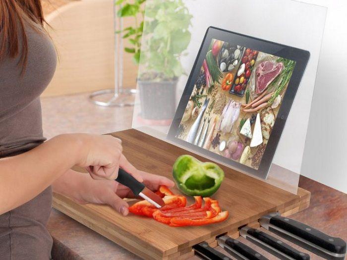 Et praktisk eksempel på et vellykket arrangement av en arbeidsplass på kjøkkenet er et brett med nettbrettstativ.