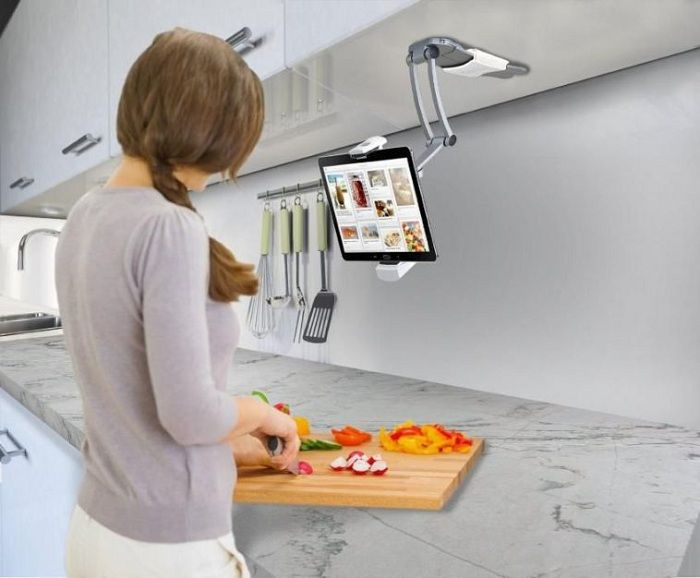 En moderne designløsning for å dekorere et arbeidsområde på kjøkkenet utstyrt med et nettbrettstativ.