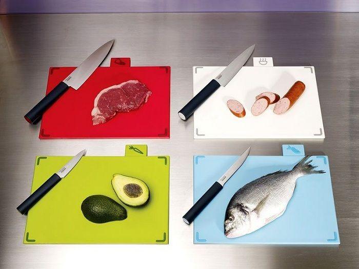 Det er optimalt å ha skjærebrett på kjøkkenet for forskjellige typer mat.