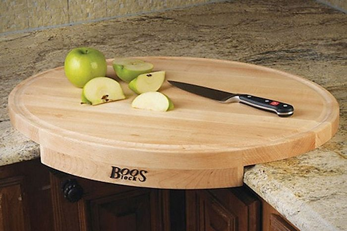 Et flott eksempel på å plassere et skjærebrett på kjøkkenet i krysset mellom bord.