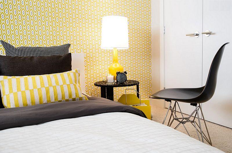 Желтая настольная лампа в дизайне интерьера