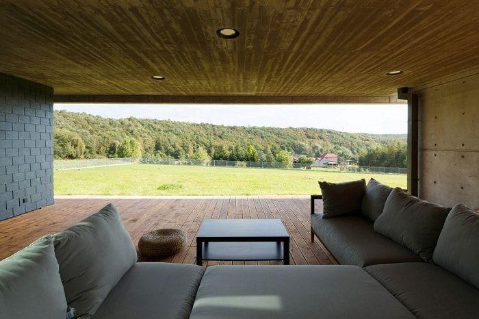 De grandes ouvertures de fenêtres laissent entrer beaucoup de lumière à l'intérieur des locaux.