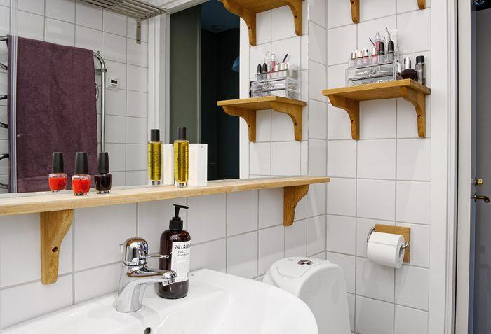 Отворени рафтове във вътрешността на банята.