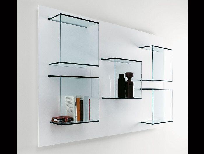 Стъклени рафтове вместо обемисти мебели.