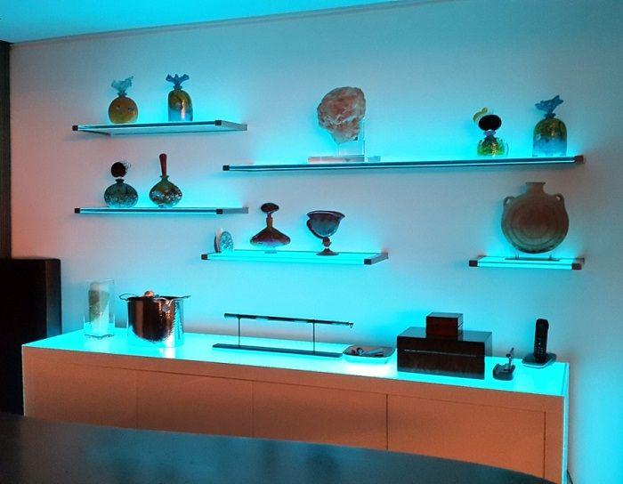 Оригинални и функционални осветени стъклени рафтове.
