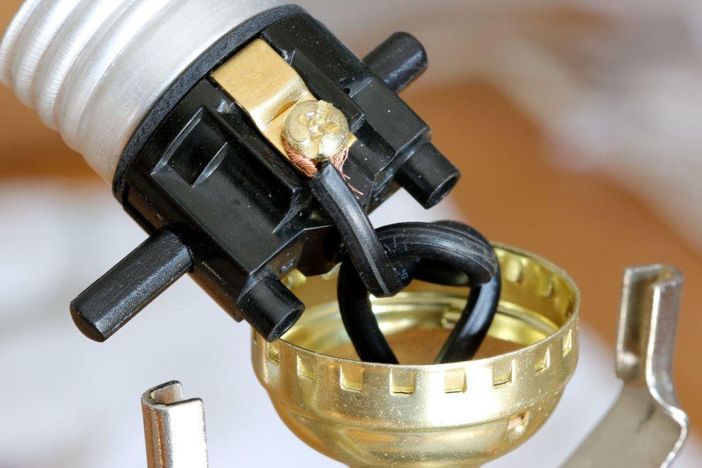 Стильный процесс ремонта старинной лампы