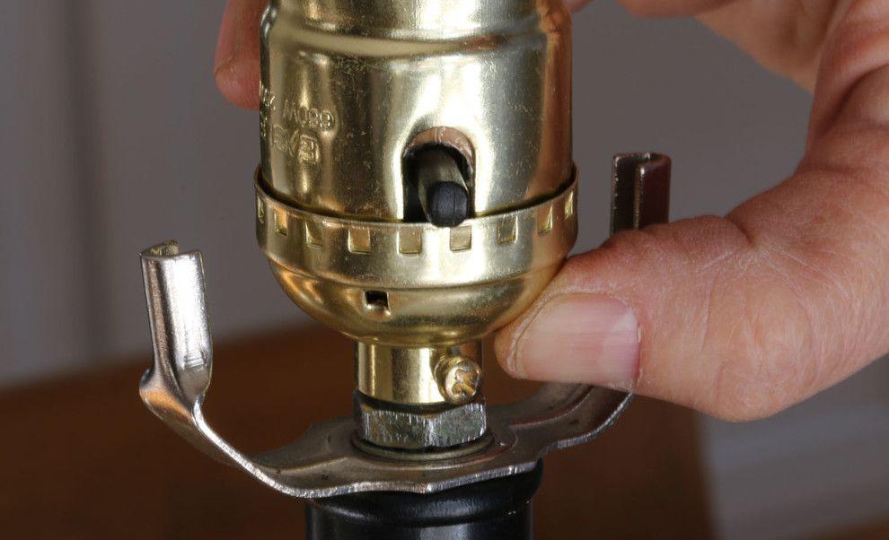 Современный процесс ремонта старинной лампы