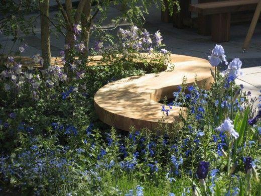 Головокружительная деревянная парковая скамья