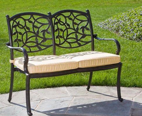 Подушки на скамье в саду
