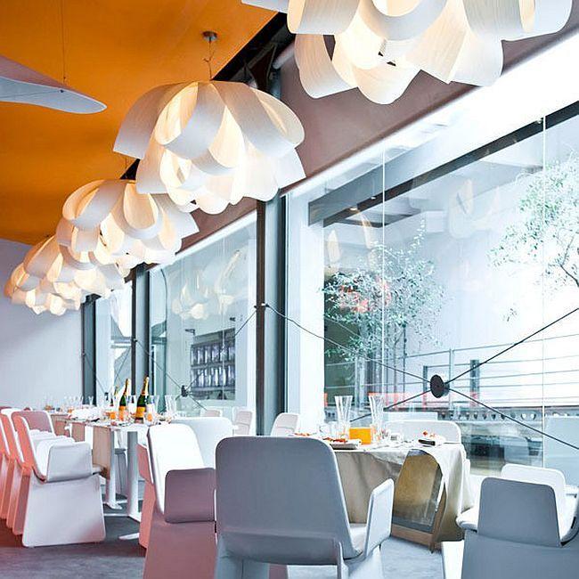 Skulpturelle pendellamper på en kafé