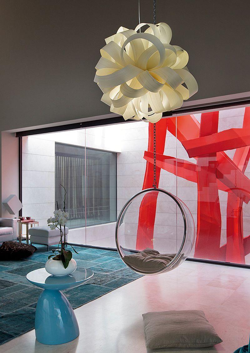 Чудесный скульптурный подвесной светильник в гостиной