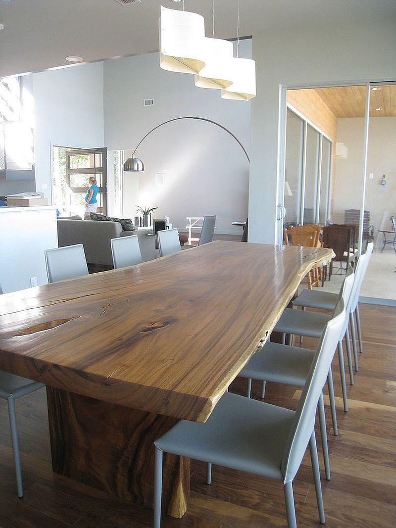 Lys skulpturell pendellampe i spisesalen