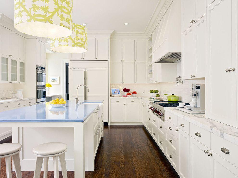 Подвесные люстры с принтом в интерьере кухни