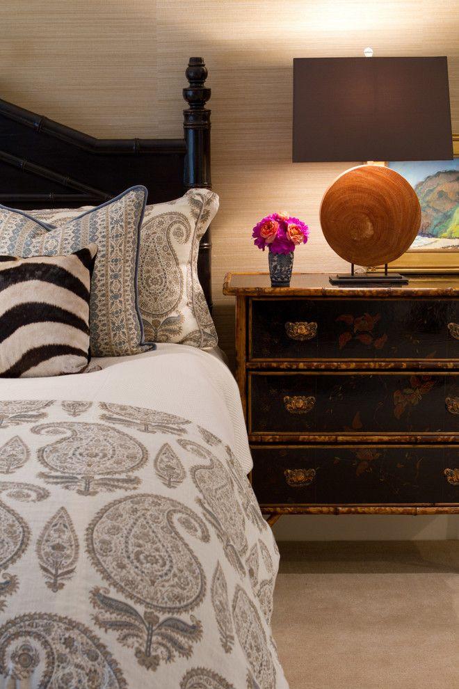 Настольная лампа в интерьере спальни