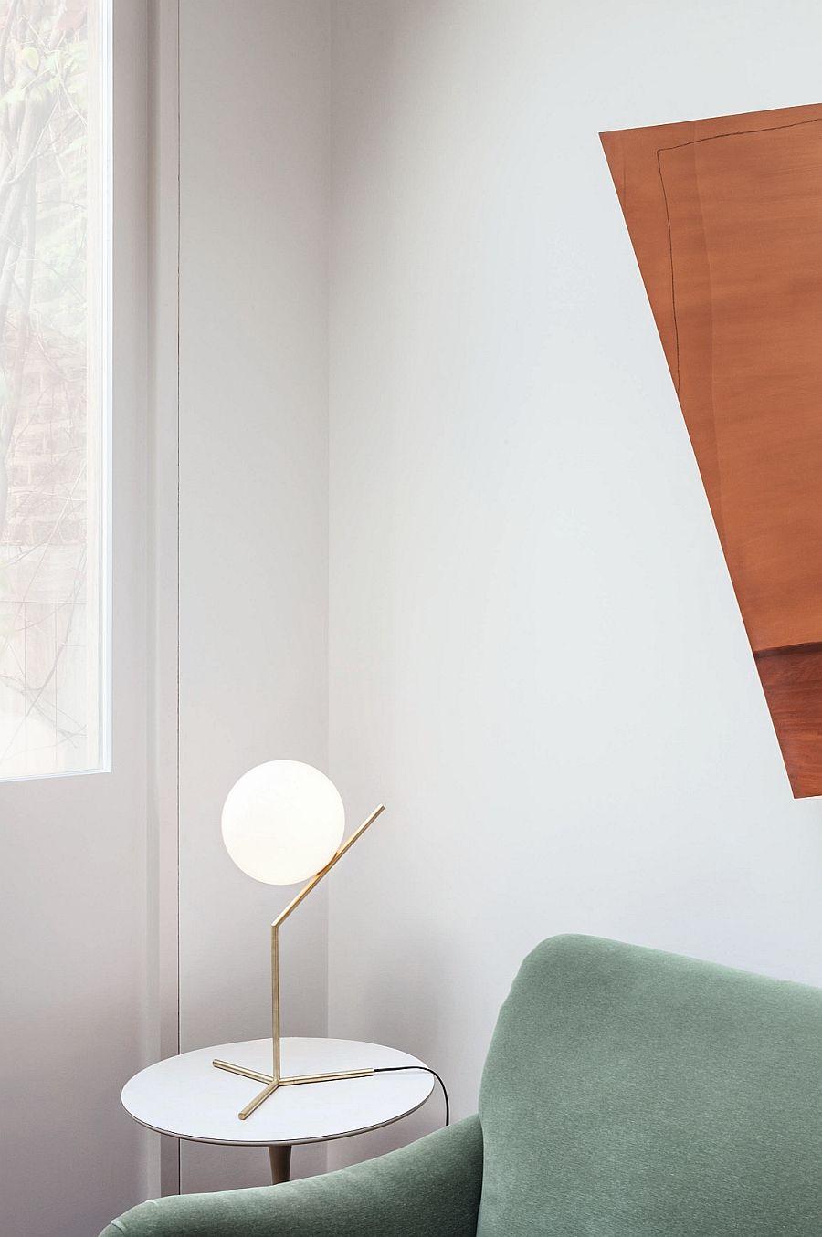 Красивый светильник в интерьере