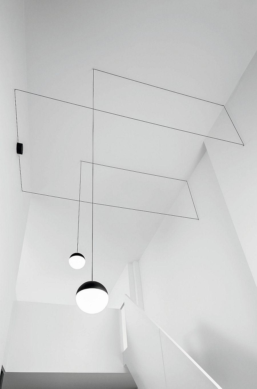 Удивительные подвесные светильники над лестницей