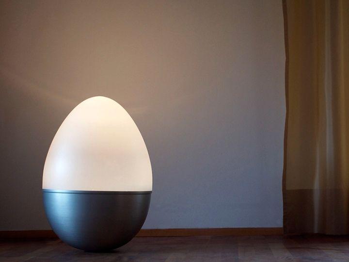 Nydelig lampe i form av et tumleegg av Isabel Heubl