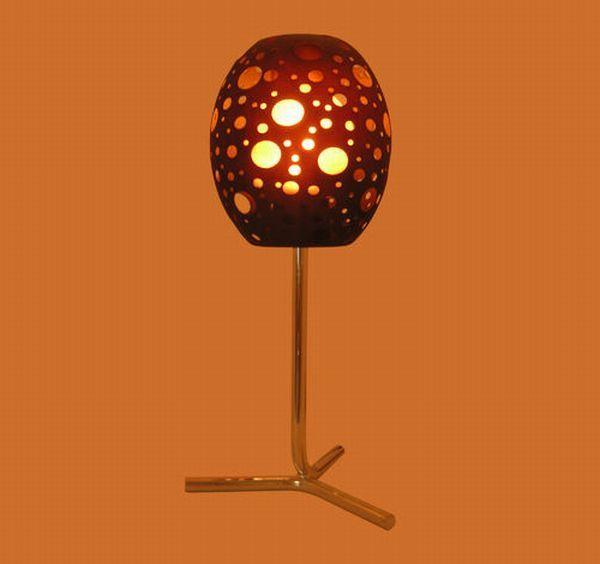 Современные дизайнерские светильники -- настольная лампа на металлической ножке