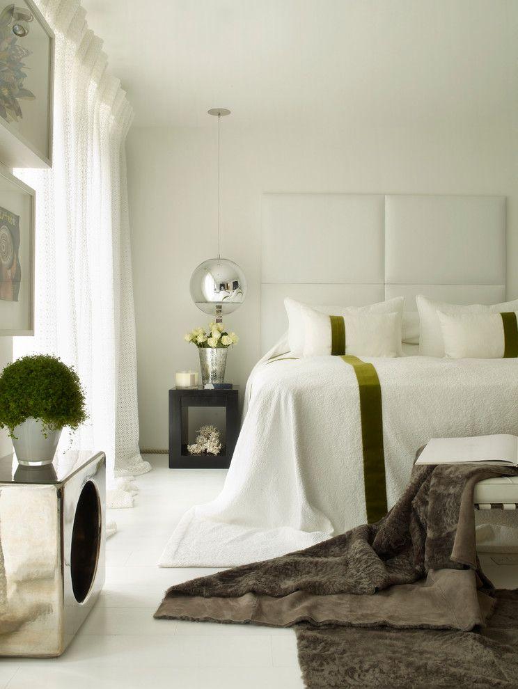 Шарообразный подвесной светильник в интереьре спальни от Kelly Hoppen London