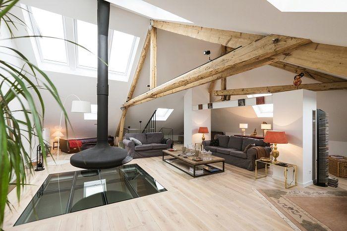 Очень крутое оформление гостиной под чердаком, выглядит очень круто и оригинально.