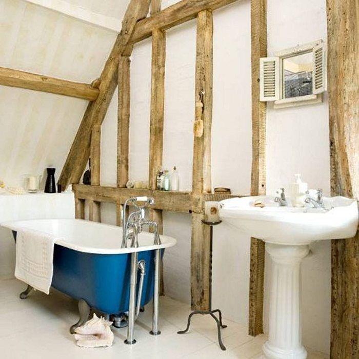 Красивый и простой интерьер ванной комнаты, которая разместилась под чердаком.