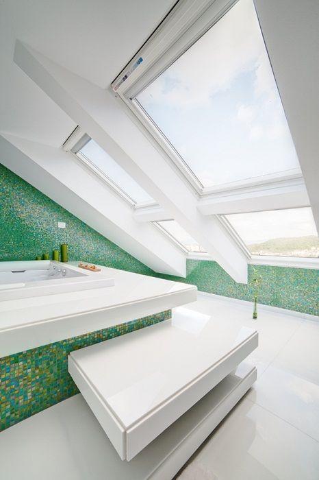 Красивое оформление ванной комнаты в бело-зеленых тонах, что разместилась под чердаком и выглядят очень достойно.