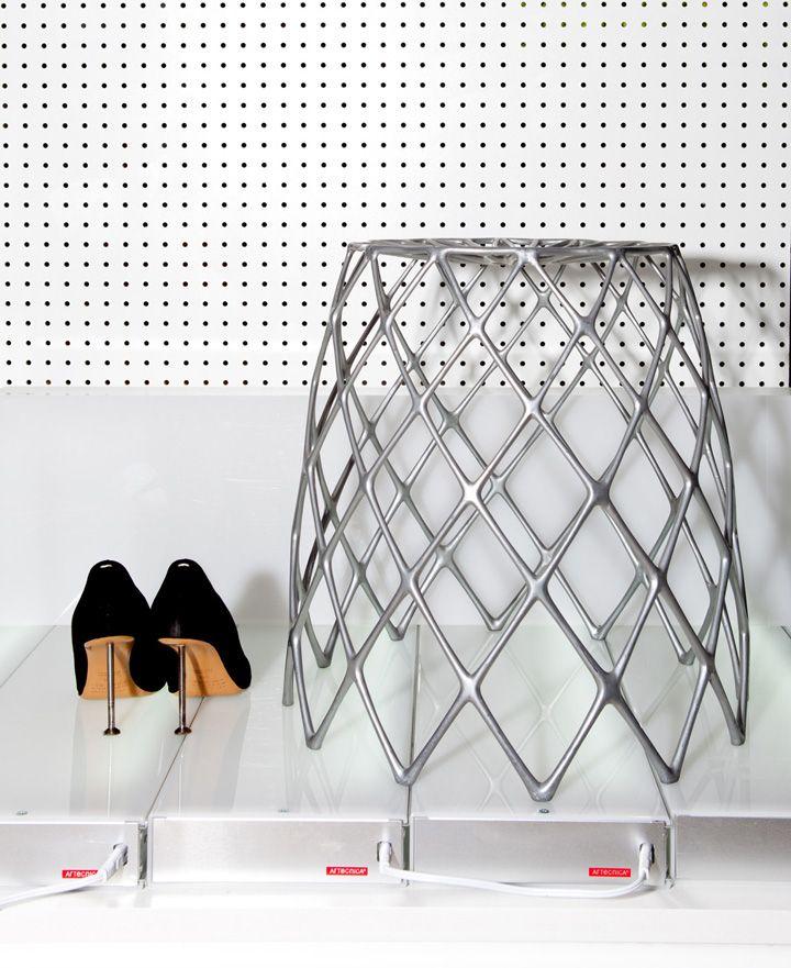Чудесный стул в виде кактуса с элементами декора у стены