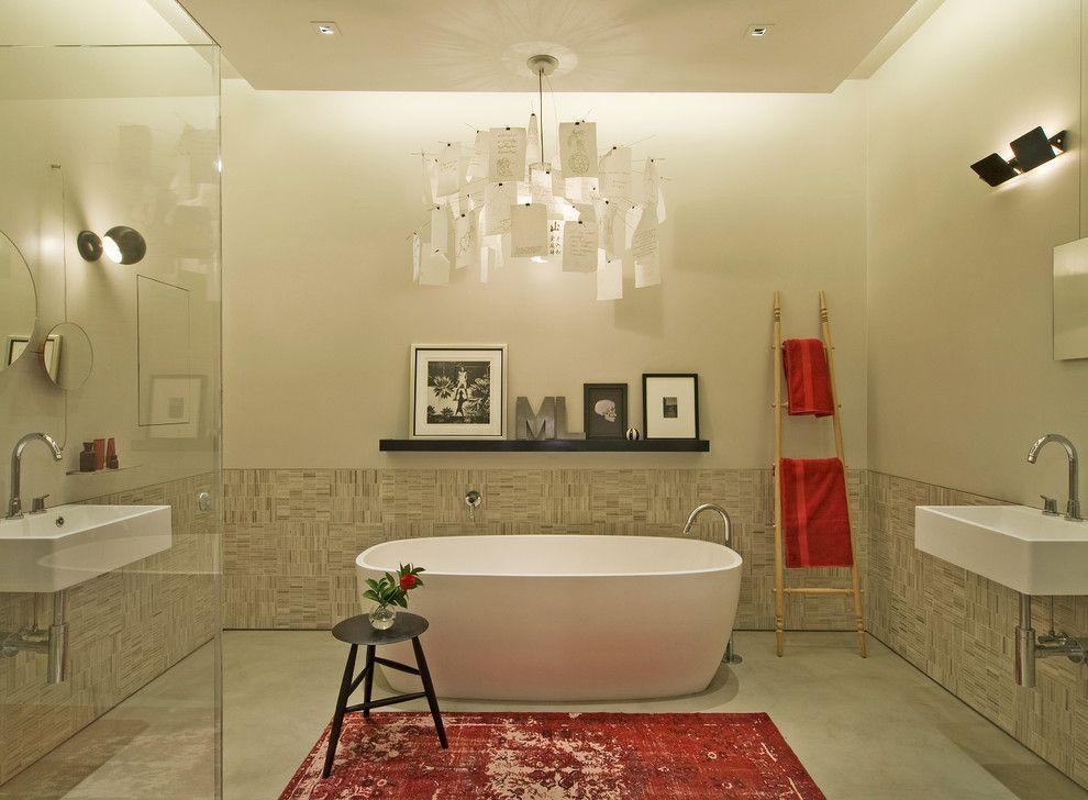Шикарная люстра в интерьере ванны