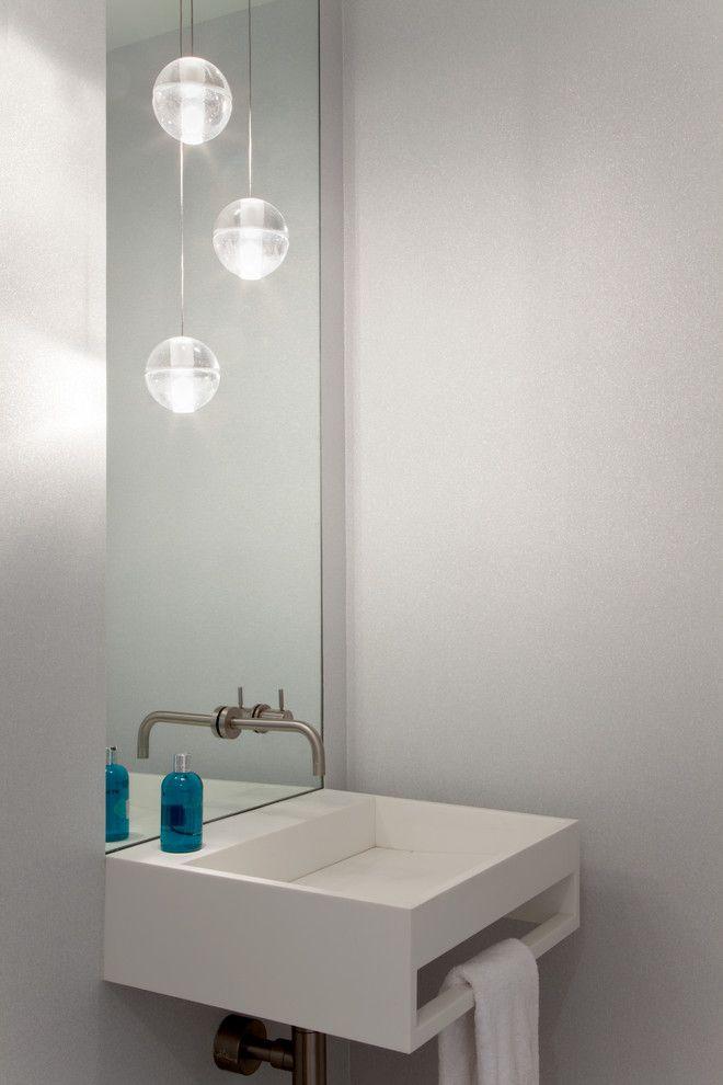 Шарообразные лампочки в интерьере уборной комнаты