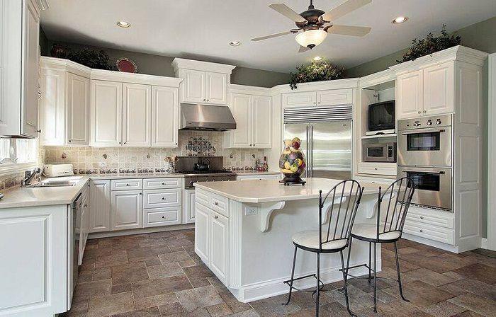 Белоснежная обстановка на кухне, что позволит создать комфорт и уют дома.