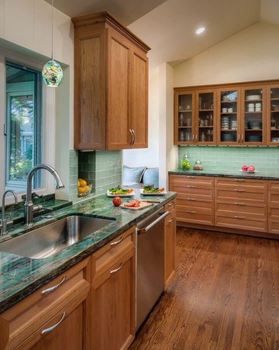 Кухненски интериор с оригинален плот, който ще вдъхнови и създаде лека, домашна среда.