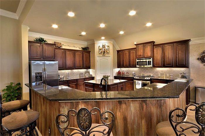Кухнята е декорирана в кафяви цветове и изглежда изключително.