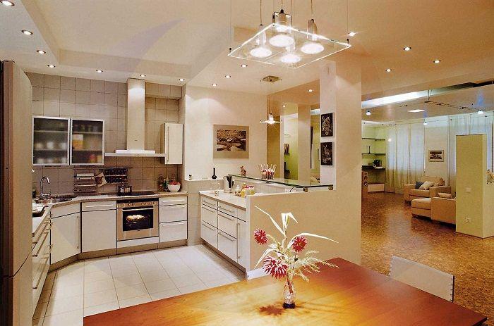 Оформление кухни в светлых тонах позволит зрительно расширить пространство.