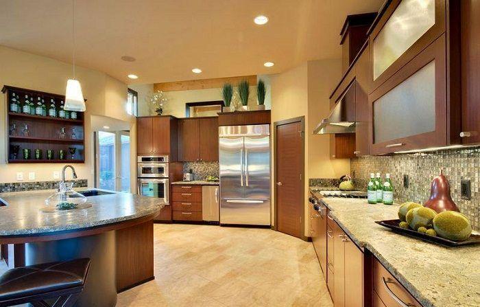 Интересен дизайн на кухнята в топли цветове ще създаде допълнителен комфорт.