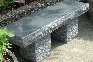 Маленькая скамейка из мрамора