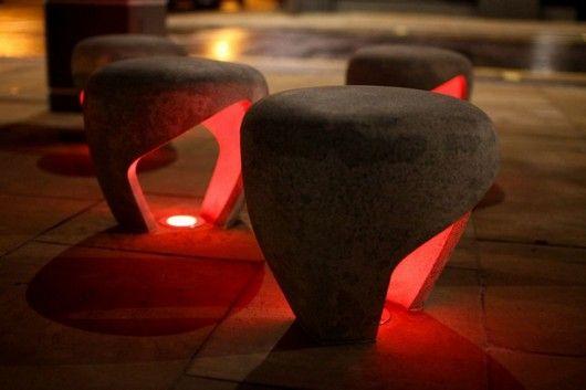 Замечательная коллекция стульев на улице
