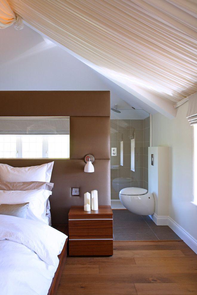 Красивый настенный светильник в интерьере спальной комнаты