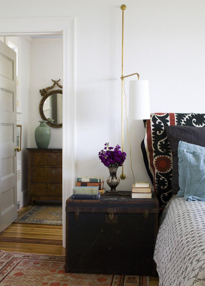 Настенный светильник в интерьере спальной комнаты
