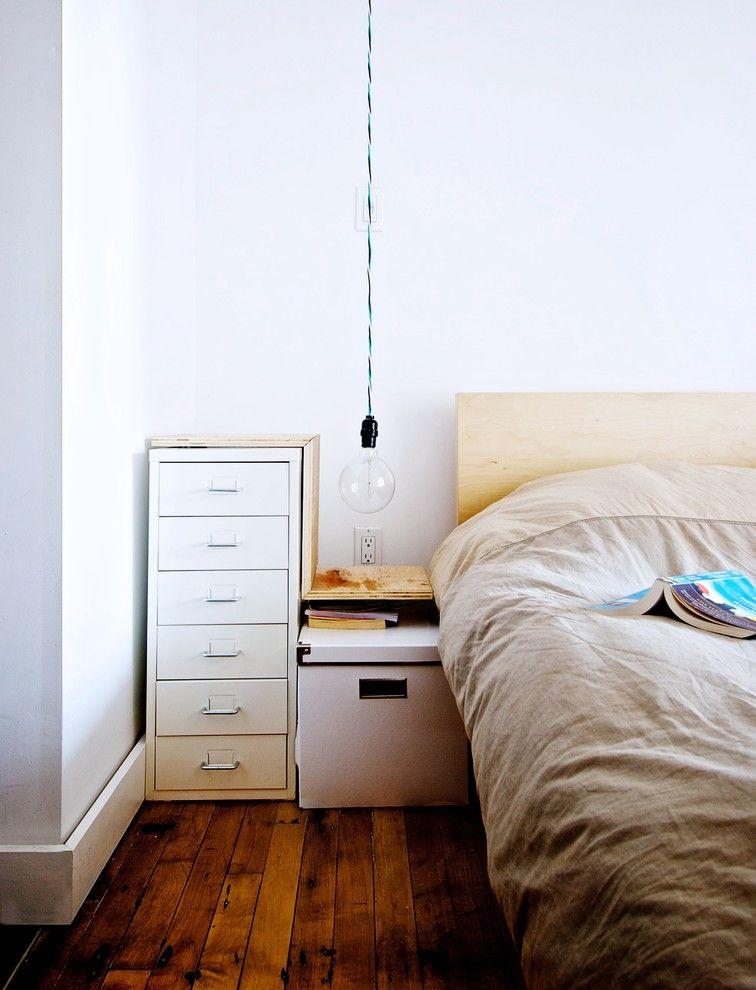 Лампа без абажура в интерьере спальной комнаты