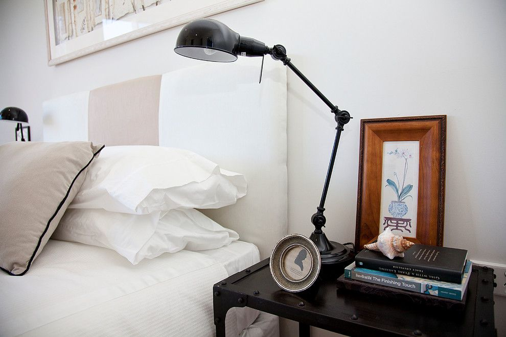 Настольная лампа у кровати