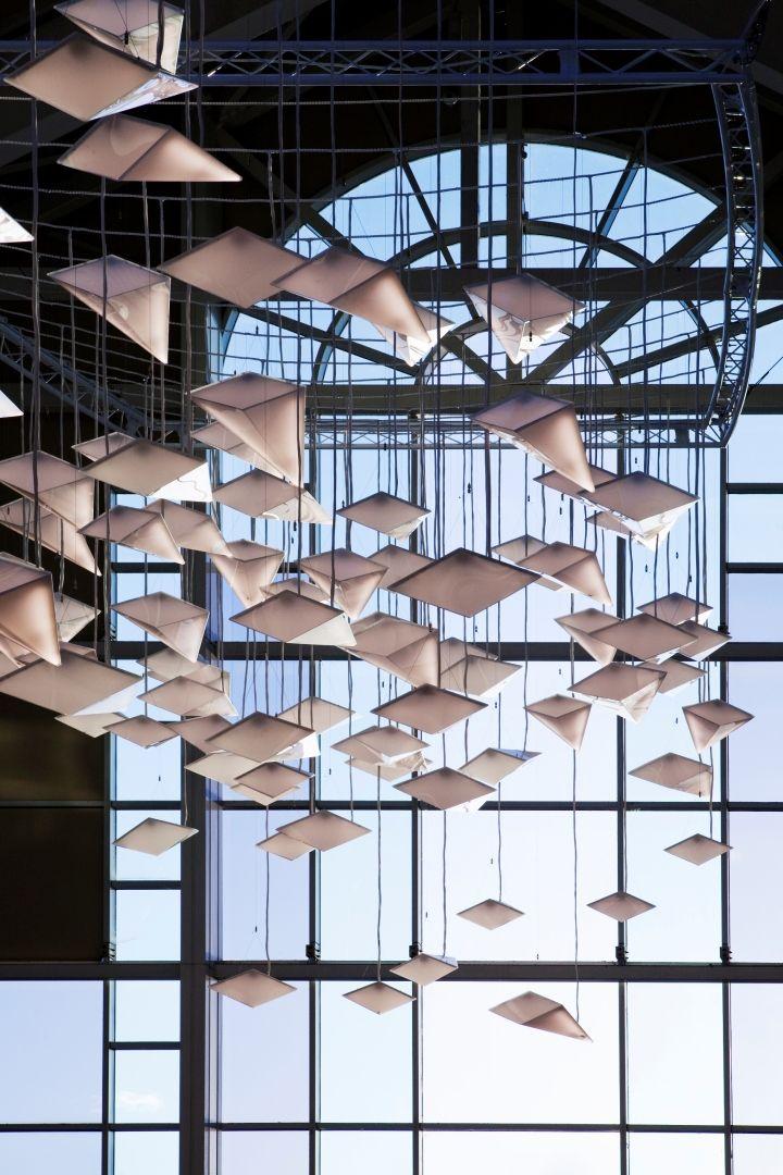 Прекрасная система освещения Flock of Birds в интерьере торгового центра