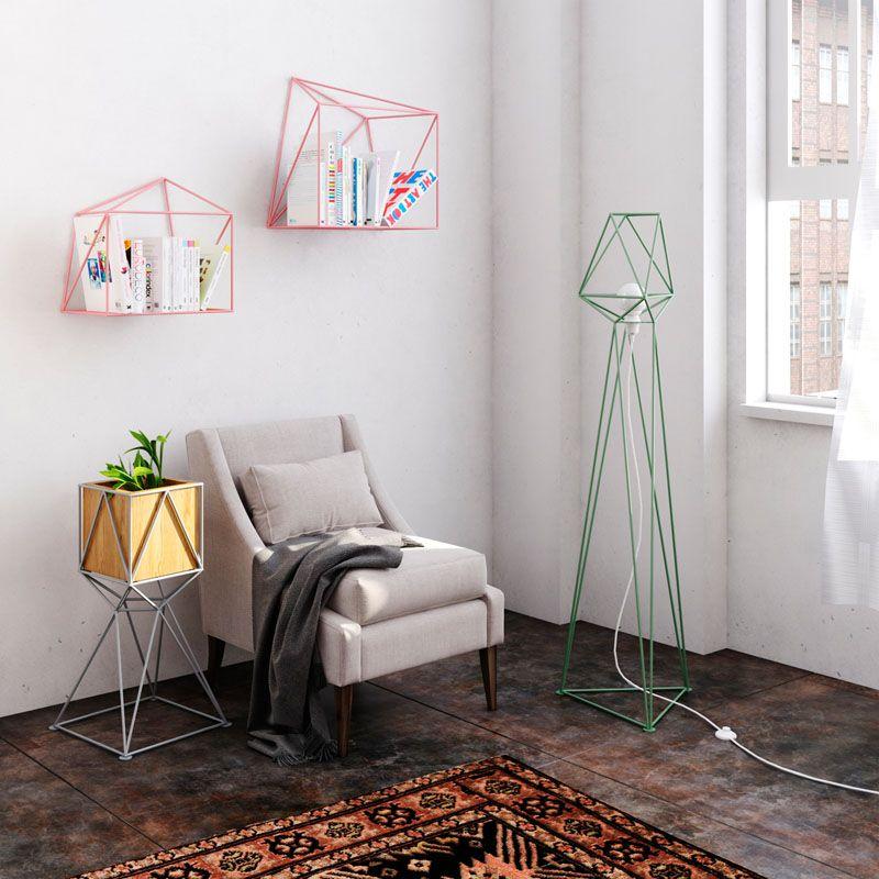 Геометрические светильники: зелёный торшер возле кресла