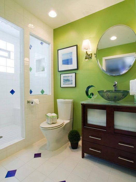 Jasnozielona ściana akcentująca w łazience.