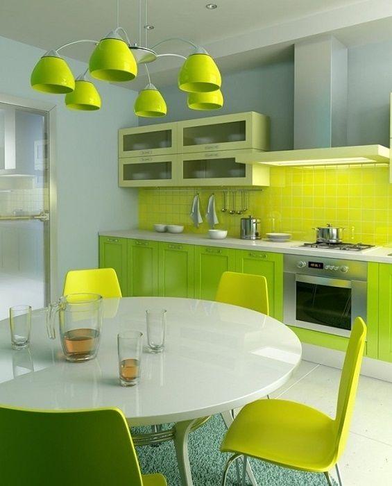 Ciekawe wnętrze kuchni w jasnozielonym kolorze.