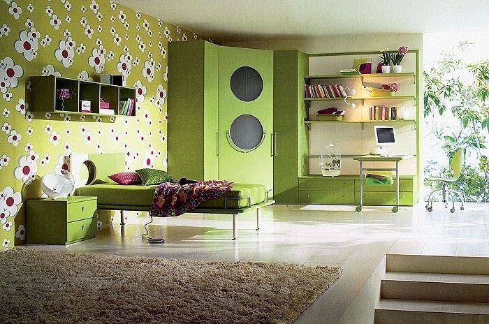 Sypialnia urządzona jest w jasnozielonych kolorach.