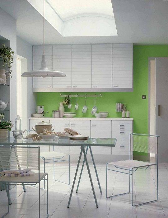 Najlepszy przykład wystroju kuchni w kolorze białym z jasną ścianą.