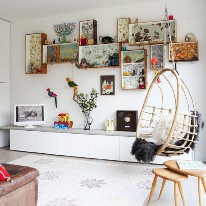 Оптимальное решение создать интерьер гостиной с помощью размещения в ней полок, что понравятся.