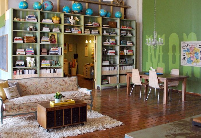 Оформление гостиной со шкафом с большим количеством удобных полок.
