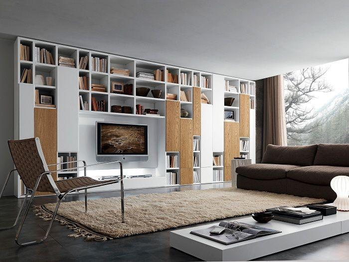 Интересный интерьер гостиной в современном стиле и оригинальной стенкой-шкафом.